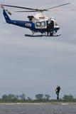 NYPD alza l'operatore subacqueo Immagini Stock Libere da Diritti
