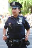 NYPD-ambtenaar die veiligheid verstrekken tijdens LGBT Pride Parade in NY Stock Foto's