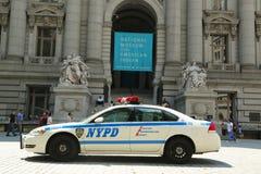 NYPD-bil framtill av det nationella museet av indianen i Manhattan Arkivfoto