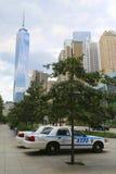 NYPD-bilar ger säkerhet nära Freedom Tower i Lower Manhattan Fotografering för Bildbyråer