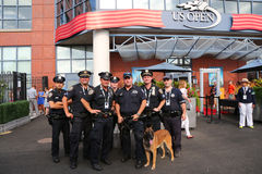 NYPD biura K-9 przelotowi funkcjonariuszi policji i K-9 pies providing ochronę przy Krajowym tenisa centrum podczas us open 2014 Obraz Royalty Free