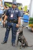 NYPD biura K-9 przelotowy funkcjonariusz policji i belg baca K-9 Sam providing ochronę przy Krajowym tenisa centrum podczas us op Zdjęcia Royalty Free
