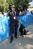 NYPD biura K-9 przelotowy funkcjonariusz policji i belg baca K-9 Taylor providing ochronę przy Krajowym tenisa centrum podczas us Obraz Royalty Free