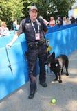 NYPD biura K-9 przelotowy funkcjonariusz policji i belg baca K-9 Taylor providing ochronę przy Krajowym tenisa centrum podczas us Obrazy Stock