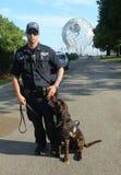 NYPD biura K-9 przelotowy funkcjonariusz policji i K-9 pies providing ochronę przy Krajowym tenisa centrum Fotografia Stock