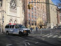NYPD-Blockade, evangelische lutherische Kirche der Heiligen Dreifaltigkeit, Frauen ` s März, Central Park West, NYC, NY, USA Lizenzfreies Stockbild