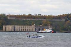 NYPD-boot en de Kustwacht Ship die van de V.S. veiligheid verstrekken tijdens de Stadsmarathon 2014 van New York Stock Foto's