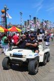 NYPD commande fournir la sécurité à la promenade de Coney Island à Brooklyn Image libre de droits