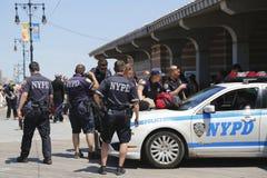 NYPD commande fournir la sécurité à la promenade de Coney Island à Brooklyn Photos libres de droits