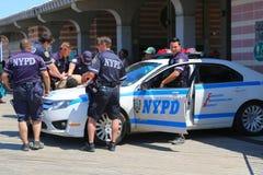 NYPD commande fournir la sécurité à la promenade de Coney Island à Brooklyn Images libres de droits