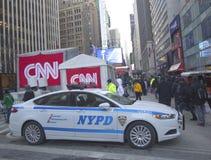 NYPD, das Sicherheit auf Broadway während der Woche des Super Bowl XLVIII in Manhattan bereitstellt Stockfotografie