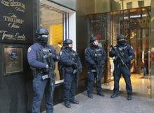 NYPD delante de la torre del triunfo en NYC Fotografía de archivo
