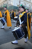 NYPD Emerald Society Band, der an der St- Patrick` s Tagesparade in New York marschiert Stockbilder