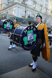 NYPD Emerald Society Band, der an der St- Patrick` s Tagesparade in New York marschiert Stockfotos
