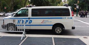 NYPD-Fahrzeug und Polizeibeamten, NYC, NY, USA Lizenzfreies Stockbild