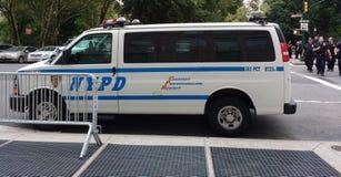 NYPD-Fahrzeug und Polizeibeamten, NYC, NY, USA Lizenzfreie Stockfotografie
