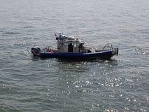 NYPD-fartyg på Hudson River royaltyfria bilder