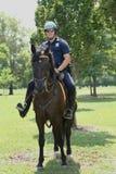 NYPD funkcjonariusz policji na horseback przygotowywającym ochraniać społeczeństwa przy Billie Cajgowego królewiątka tenisa Krajow Obrazy Stock