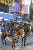 NYPD funkcjonariuszi policji na horseback przygotowywającym ochraniać społeczeństwa na Broadway podczas super bowl XLVIII tygodnia Zdjęcie Stock