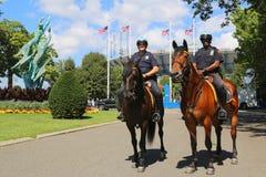 NYPD funkcjonariuszi policji na horseback przygotowywającym ochraniać społeczeństwa przy Billie Cajgowego królewiątka tenisa Kraj Obrazy Stock