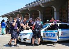 NYPD kommenderar ge säkerhet på den Coney Island strandpromenaden i Brooklyn Arkivfoto
