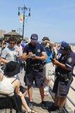 NYPD kommenderar handstilbiljetten för alkohol-släkt anstöt på den Coney Island strandpromenaden i Brooklyn Royaltyfria Bilder