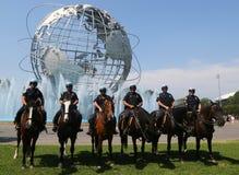 NYPD montó al oficial de policía de la unidad listo para proteger el público en el parque de Flushing Meadows fotos de archivo libres de regalías