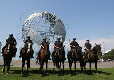 NYPD montó al oficial de policía de la unidad listo para proteger el público en el parque de Flushing Meadows fotografía de archivo
