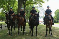 NYPD montó a los oficiales de policía de la unidad listos para proteger el público en Billie Jean King National Tennis Center dur imagen de archivo