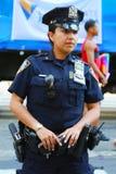 NYPD-Offizier, der Sicherheit während LGBT Pride Parade in NY zur Verfügung stellt Lizenzfreie Stockbilder