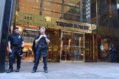 NYPD oficery providing ochronę przy atutu wierza na fifth avenue w Nowy Jork Zdjęcie Royalty Free