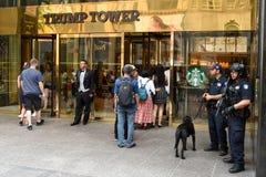 NYPD oficery providing ochronę przy atutu wierza na fifth avenue w Nowy Jork Fotografia Stock