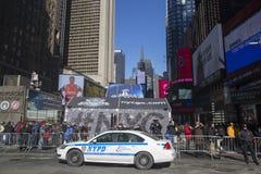 NYPD-poliser som är klara att skydda allmänhet på Times Square under vecka för Super Bowl XLVIII i Manhattan Arkivbild