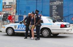 NYPD-poliser som tar bilden med turist- near World Trade Center i Manhattan Arkivbilder