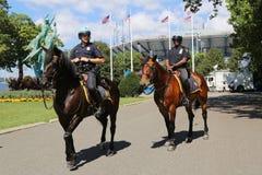 NYPD-politiemannen op horseback klaar om publiek in Billie Jean King National Tennis Center tijdens US Open 2014 te beschermen Stock Afbeeldingen