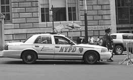 NYPD-Polizeibeamtin in Broadway lizenzfreie stockbilder