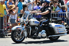 NYPD que trabaja durante el 34to desfile anual de la sirena en Coney Island Fotos de archivo libres de regalías