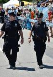 NYPD que trabaja durante el 34to desfile anual de la sirena en Coney Island Foto de archivo