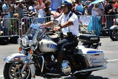 NYPD que trabaja durante el 34to desfile anual de la sirena en Coney Island Imagen de archivo