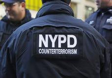 NYPD-räknareterrorism kommenderar ge säkerhet på Times Square under vecka för Super Bowl XLVIII i Manhattan arkivfoto