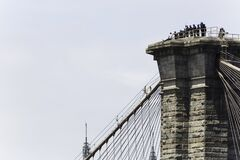 NYPD rescues man who climbed to top of Brooklyn Bridge