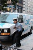 NYPD ruchu drogowego oficer widzieć wydawać mandat za złe parkowanie w Miasto Nowy Jork, obrazy stock