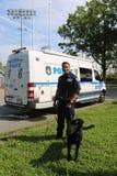 NYPD sprzeciwiają się terroryzmu biura K-9 funkcjonariusza policji i K-9 psa providing ochronę przy Krajowym tenisa centrum podcz Fotografia Stock