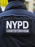 NYPD-Terrorismusbekämpfung befehligt die Lieferung von Sicherheit auf Times Square während der Woche des Super Bowl XLVIII in Manh Stockfotografie