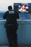NYPD-Terrorismusbekämpfungsoffizier, der Sicherheit in der nationalen Tennis-Mitte während US Open 2014 zur Verfügung stellt Lizenzfreie Stockfotografie