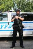 NYPD-Terrorismusbekämpfungsoffizier, der Sicherheit zur Verfügung stellt Lizenzfreie Stockfotos