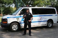NYPD-Terrorismusbekämpfungsoffizier, der Sicherheit zur Verfügung stellt Stockfotografie