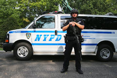 NYPD-Terrorismusbekämpfungsoffizier, der Sicherheit zur Verfügung stellt Lizenzfreie Stockfotografie