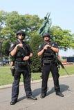 NYPD-Terrorismusbekämpfungsoffiziere, die Sicherheit zur Verfügung stellen Lizenzfreie Stockbilder
