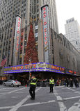 NYPD-tjänstemän reglerar trafik under trafikkaos nära musik Hall för staden för den New York City gränsmärkeradion Arkivfoto